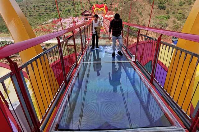 玻璃栈道碎裂特效LED屏越南河内栈道项目