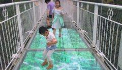 景区玻璃栈道碎裂特效屏为景区带来更多游客流量