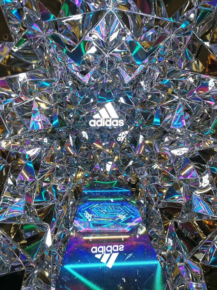阿迪达斯旗舰店:钻石时光隧道+地砖屏+透明屏