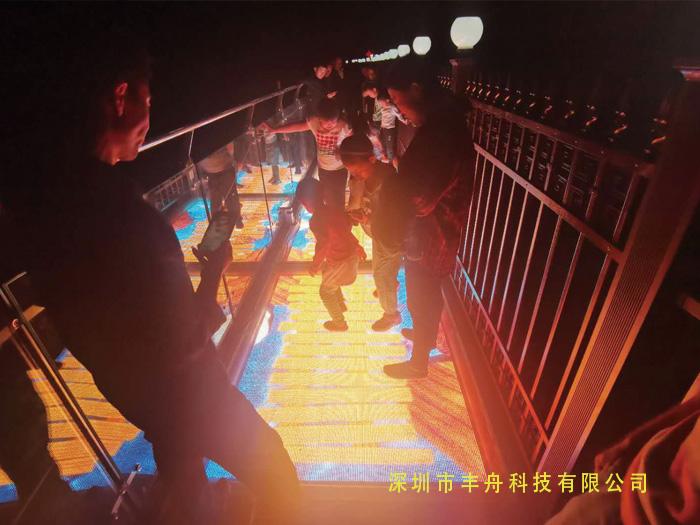 山西吕梁LED玻璃栈道特效屏项目